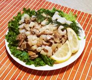 Alimento asiático Comer saudável Camarões e cogumelos Cuis orientais fotos de stock royalty free