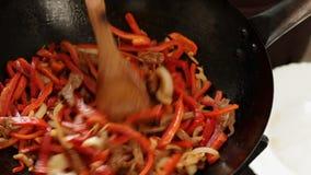 Alimento asiático - cozimento do frigideira chinesa - carne e vegetais video estoque