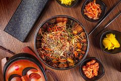 Alimento asiático Culinária coreana Macarronetes coreanos picantes da vista superior com grupo do kimchi e marisco com vegetais C fotos de stock