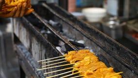 Alimento asiático da rua BBQ, grade em varas Fast food em países asiáticos filme