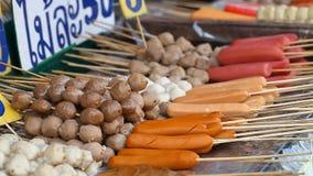 Alimento asiático da rua BBQ, grade em varas Fast food em países asiáticos vídeos de arquivo