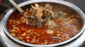 Alimento asiático de la calle Una cuba grande del primer de la sopa almacen de metraje de vídeo