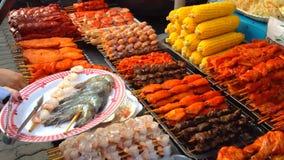 Alimento asiático exótico da rua em um mercado de Tailândia filme
