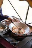 Alimento asiático que cozinha no barco fotografia de stock