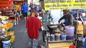 Alimento asiatico della via nelle vie della Tailandia Pattaya archivi video