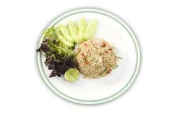 Alimento asiatico Il riso fritto con lo sgombro, la citronella, gli scalogni e la calce del Kafir va su fondo bianco isolato immagine stock