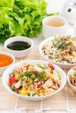 Alimento asiatico - riso fritto con il tofu, tagliatelle con le verdure Immagini Stock