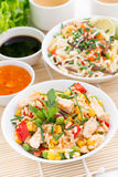 Alimento asiatico - riso fritto con il tofu, tagliatelle con le verdure Fotografia Stock Libera da Diritti