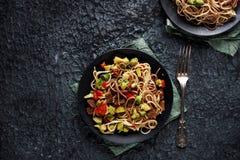 Alimento asiatico sano, tagliatelle del udon con manzo e verdure Fotografia Stock