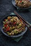 Alimento asiatico sano, tagliatelle del udon con manzo e verdure Fotografia Stock Libera da Diritti