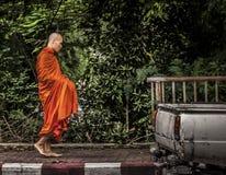 Alimento aspettante del monaco buddista Immagini Stock Libere da Diritti