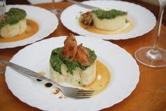 Alimento Assado ou carne cozida da galinha com espinafres e as batatas trituradas na mesa redonda Alimento caseiro jantar fotografia de stock