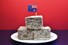 Alimento australiano tradicional - lamingtons - com bandeira Foto de Stock