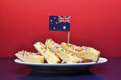 Alimento australiano tradicional - pão feericamente - com bandeira Foto de Stock