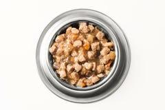 Alimento bagnato per i cani ed i gatti in ciotola d'argento Fotografia Stock