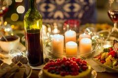 Alimento, bebidas e velas queimando-se na tabela imagem de stock royalty free