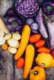 Alimento biológico Cosecha de verduras frescas en una tabla de madera fotografía de archivo