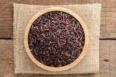 Alimento biológico de Riceberry en el cuenco sano en la visión superior Imagenes de archivo