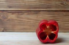 Alimento biológico del color rojo de la paprika en los tableros imagenes de archivo
