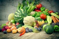 Alimento biológico fresco, fruta y verdura estacional en la consumición sana - dieta sana imagen de archivo