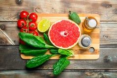 Alimento biológico Frutas e legumes com as especiarias na placa de corte fotos de stock royalty free