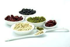 Alimento biológico; Haba roja y verde, pimienta, los rasgones del trabajo, cebada en el fondo blanco Imagen de archivo libre de regalías