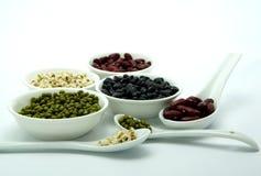Alimento biológico; Haba roja y verde, pimienta, los rasgones del trabajo, cebada en el fondo blanco Imagen de archivo