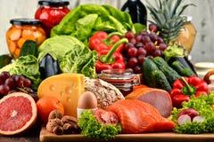 Alimento biológico incluyendo lechería y la carne del pan de la fruta de las verduras fotos de archivo libres de regalías