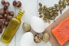 Alimento biológico sano Productos con las grasas sanas Omega 3 Omega 6 Ingredientes y productos: nueces de color salmón del aguac imagen de archivo