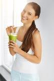 Alimento biológico Suco bebendo da desintoxicação da mulher saudável comer Lifesty imagens de stock