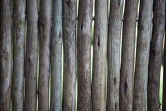 Alimento biológico Tablones de madera grandes, oscuros, viejos con la hierba verde Menú para el restaurante orgánico Fondo para l Fotografía de archivo