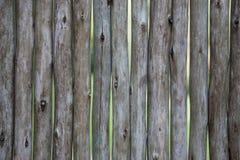 Alimento biológico Tablones de madera grandes, oscuros, viejos con la hierba verde Menú para el restaurante orgánico Fondo para l Foto de archivo libre de regalías