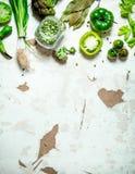 Alimento biológico Vegetais verdes com ervilhas secadas Imagem de Stock