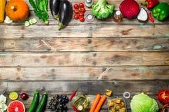 Alimento biológico Vehículos y frutas maduros foto de archivo