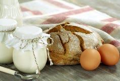 Alimento biológico. Yogur, leche, pan y huevo hechos en casa Fotografía de archivo