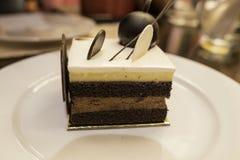 Alimento, bolo chapeado, vista do lado, bolo vermelho de veludo do chocolate vermelho Fotografia de Stock