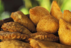 Alimento brasileiro: coxinhas e pasteis Fotos de Stock Royalty Free