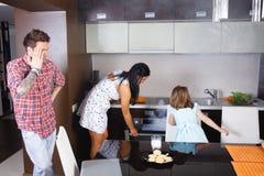 Alimento bruciato moglie nel forno Fotografie Stock