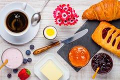 Alimento, caffè e croissant sani di prima colazione Fotografie Stock