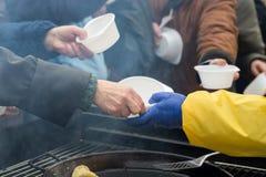 Alimento caldo per il povero ed il senzatetto immagine stock