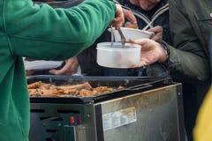 Alimento caldo per il povero ed il senzatetto fotografie stock libere da diritti