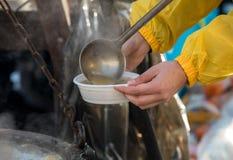 Alimento caldo per il povero ed il senzatetto fotografie stock