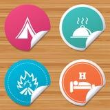 Alimento caldo, sonno, tenda di campeggio e segni del fuoco Immagini Stock
