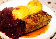 Alimento, carne, azeitonas da carne, bolinha de massa, couve vermelha foto de stock