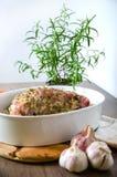Alimento Carne crua para o assado com os legumes frescos na madeira Foto de Stock