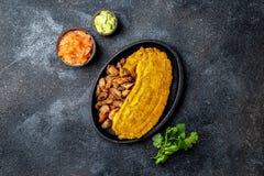 ALIMENTO CENTRO AMERICANO CARAIBICO COLOMBIANO Patacon o banana verde fritta ed appiattita del toston, intera del plantano su bia fotografie stock libere da diritti