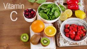 Alimento che contenente vitamina A su fondo di legno Fotografia Stock