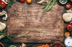 Alimento che cucina fondo, gli ingredienti per i piatti del vegano della preparazione, le verdure, le radici, le spezie, i funghi fotografia stock