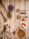 Alimento che cucina gli ingredienti Bastoni di cannella secchi dell'erba delle spezie, baia Fotografia Stock