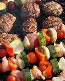 Alimento che cucina su un barbecue fotografie stock